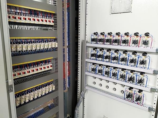 变频器开关电源采用近似uc3844功能的lt1244波形发生器集成块,受工作